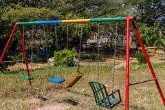 Balanços para crianças em um jardim Foto de Stock