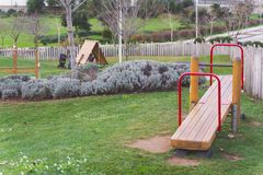 Balancê, equipamento de madeira vermelho do campo de jogos das crianças, Oeiras Portugal fotografia de stock royalty free