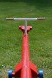 Balancê vermelha no campo verde Imagens de Stock