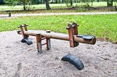 Balancín de madera en el parque, patio Fotos de archivo libres de regalías