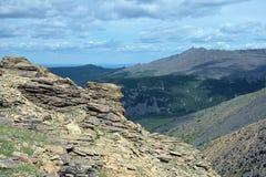 Balance acima da ravina de Iov e da montagem da rocha de Serebryanskiy, Rússia fotos de stock