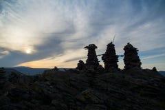 Balance colunas sobre o monte dedicado a uma deidade tutelar local fotografia de stock