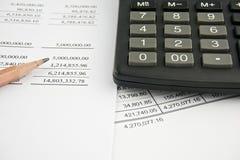 Balance con el lápiz y la calculadora negra Foto de archivo libre de regalías