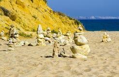 Balance esculturas na praia de Prai a Dinamarca Oura em Albuferia Portugal fotos de stock