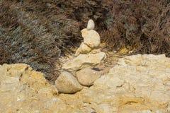 Balance esculturas na praia de Prai a Dinamarca Oura em Albuferia Portugal imagens de stock royalty free