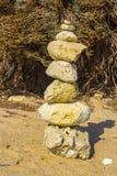 Balance esculturas na praia de Prai a Dinamarca Oura em Albuferia Portugal fotografia de stock