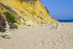 Balance esculturas na praia de Prai a Dinamarca Oura em Albuferia Portugal fotos de stock royalty free