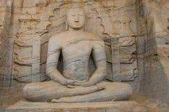 Balance a estátua cinzelada da Buda no templo Polonnaruwa Sri Lanka da rocha do vihara do galão fotos de stock royalty free