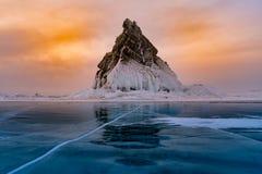 Balance estação do inverno no lago da água do gelo, Baikal Rússia foto de stock