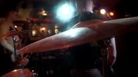 Balance jogos do músico na guitarra elétrica na placa do cilindro do fundo na fase do consert filme