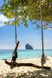 Balance na praia em uma ilha tropical Imagem de Stock Royalty Free