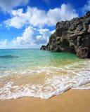 Balance os penhascos que conduzem no céu azul e no oceano fotografia de stock royalty free