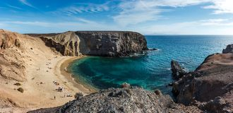 Balance penhascos na praia de Playa del Papagayo Papagaio Lanzarote, Ilhas Canárias, Spain fotos de stock