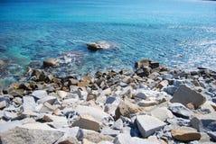 Balance a praia em Usai oco Villasimius, Sardinia, Itália Mar azul Fotos de Stock