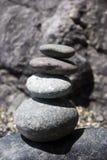 balance varje annan rocks staplad överkant Arkivfoto