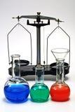 Balance y cristalería del laboratorio Fotografía de archivo