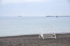 Balancee el banco para el resto en la orilla de mar Paisaje marina Fotografía de archivo