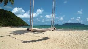 Balancee en la orilla de una isla hermosa almacen de metraje de vídeo