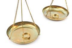 Balancenskalen mit goldenen Eheringen Lizenzfreie Stockfotografie