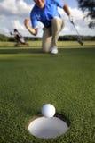 Balanceo de la bola en el agujero Fotos de archivo