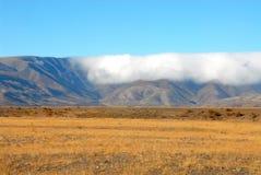 Balanceo de la nube sobre el rango de Hawkdun, Nueva Zelandia fotos de archivo