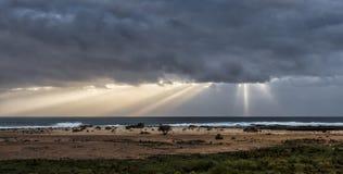 Balanceo de la tempestad de truenos adentro sobre el Océano Atlántico Imágenes de archivo libres de regalías