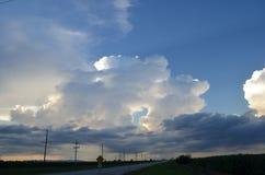 Clima tempestuoso sobre campo Fotos de archivo