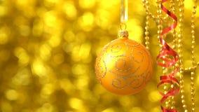 Balanceo de oro de la bola de la Navidad Decoración del Año Nuevo Bokeh de oro borroso almacen de metraje de vídeo