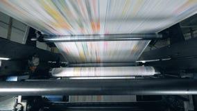 Balanceo de papel en una línea en la imprenta, equipo de la fábrica almacen de metraje de vídeo