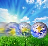 Balanceo del globo de la tierra en hierba verde imagen de archivo libre de regalías