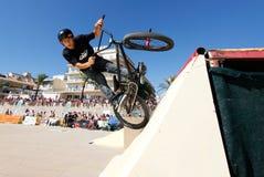 Balanceo del jinete de la bici durante la competencia de las bicis de par en par Imagenes de archivo
