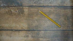 Balanceo del lápiz en una tabla de madera almacen de metraje de vídeo