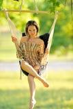 Balanceo hermoso de la mujer joven Foto de archivo libre de regalías