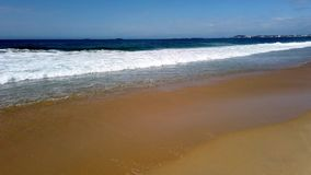 Balanceo pacífico de las olas oceánicas sobre la playa, Australia almacen de video