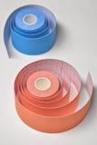 Balanceo rojo y anaranjado de la cinta del kinesio Foto de archivo libre de regalías