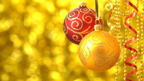 Balanceo rojo y de oro de las bolas de la Navidad Decoración del Año Nuevo Bokeh de oro borroso 00186s metrajes