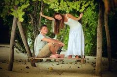 Balanceo romántico joven de los pares Imágenes de archivo libres de regalías