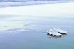 Balanceos en la agua costera durante la bajamar Foto de archivo libre de regalías