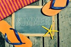 Balanceos, estrellas de mar y pizarra con el verano de la palabra Fotos de archivo