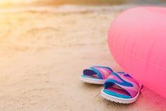 Balanceos que mienten en la playa bajo círculo que nada rosado Concepto de las vacaciones de verano Sun brilla brillante Corte la fotos de archivo libres de regalías