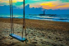 Balancez sur la plage, le coucher du soleil et la plage Beau coucher du soleil au-dessus de images libres de droits