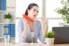 Balancez votre main faisant un certain vent et ayez le fruit de pastèque Photos stock