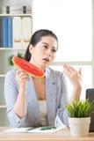 Balancez votre main faisant un certain vent et ayez le fruit de pastèque Image libre de droits