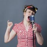 Balancier femelle et artiste vocal avec le rétro chant de style Images libres de droits