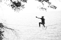 Balancieren über dem Ozean Stockbilder