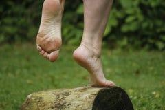 Balancieren auf einem Fuß lizenzfreies stockfoto