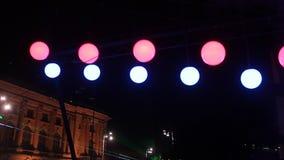 Balancieren der Ballone mit farbigen Lichtern stock video