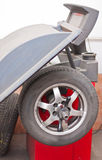 Balancieren eines Rades in der Werkstatt stockfotos