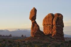Balancieren Sie Felsen im Bogen-Nationalpark am Sonnenaufgang Lizenzfreies Stockbild