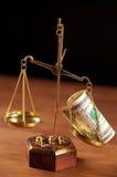 balancieren Sie mit Geld Lizenzfreie Stockbilder